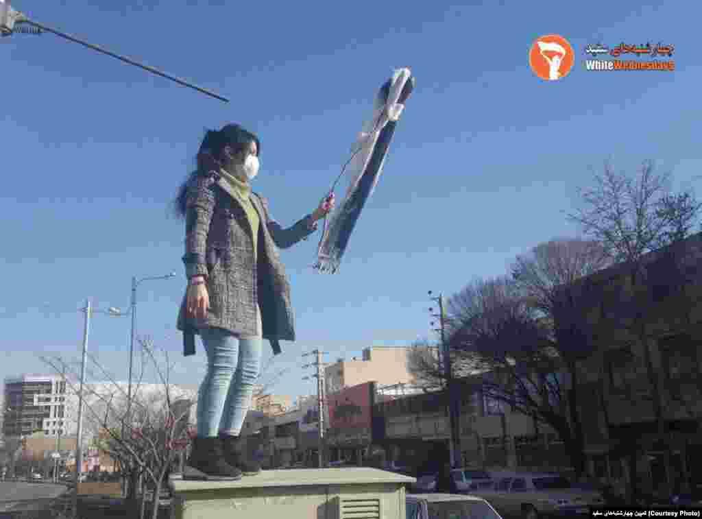 ادامه اعتراض نمادین به حجاب اجباری - عکس زنی که روسری خود را در کرج بر چوب کرده است.
