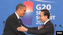 Presiden AS Barack Obama berjabat tangan dengan President Korsel Lee Myung-bak dalam KTT G-20 di Seoul, November 2010. Lee akan berkunjung ke Washingtong bulan depan.