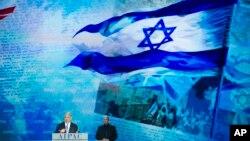 El primer ministro israelí, flanqueado por un guarda espaldas, habla ante el Comité de Asuntos Públicos Israel-Estados Unidos (AIPAC) en Washington.