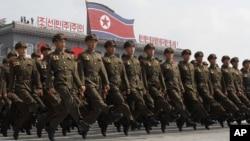 지난해 9월 평양 김일성 광장에서 열린 정권수립 65주년 기념 열병식에서 군인들이 행진하고 있다. (자료사진)