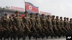 지난달 2013년 9월 북한 정권수립 65주년 기념 열병식에서 군인들이 행진하고 있다. (자료사진)