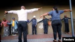 Les agents de santé expliquent la distanciation sociale aux Citoyens pendant le confinement national visant à limiter la propagation de la maladie à coronavirus (COVID-19) dans le canton de Khayelitsha près de Cape Town, Afrique du Sud, le 31 mars 2020. Reuters / Mike Hutchings