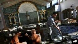 Gradjani čiste jednu crkvu u Taklobanu oštećenu tajfunom Haijan, na Filipinima