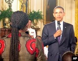 Le président Obama répondant à une jeune Africaine