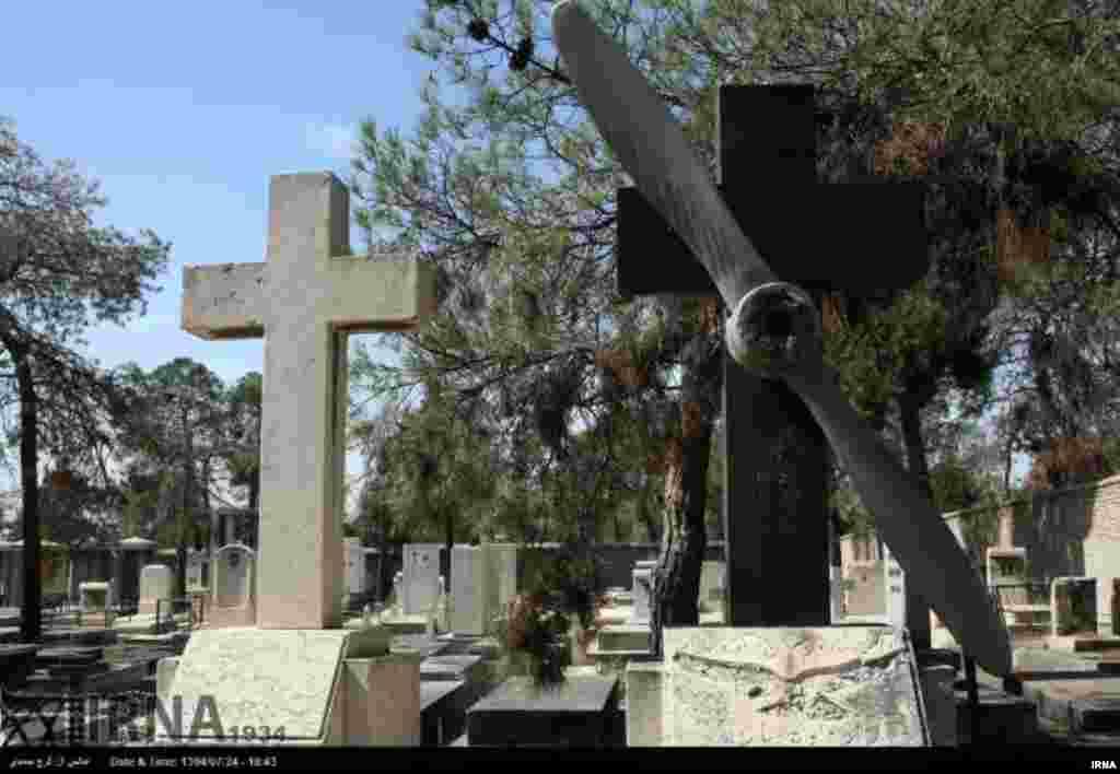 گورستان قدیمی ارامنه در محله دولاب تهران قرار دارد. این مجموعه به ارمنیان و پس از آن به ترتیب کاتولیکها،ارتودوکس ها،آشوریهای و کلدانیها اختصاص دارد. عکس: فرج صمدی، ایرنا
