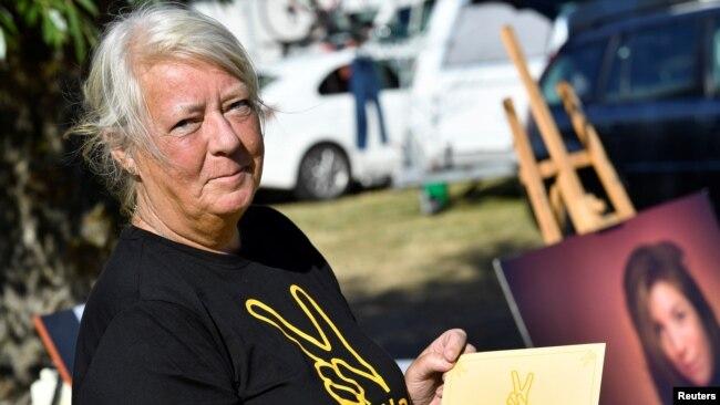 """Ingrid Wall, ibu Kim Wall, memegang piagam yang akan diberikan kepada semua peserta """"Run for Kim"""", acara amal peringatan untuk memperingati jurnalis Swedia yang terbunuh Kim Wall, di Trelleborg, Swedia 10 Agustus 2018."""
