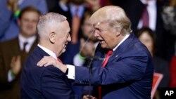 Tổng thống đắc cử Donald Trump (phải) giới thiệu Tướng James Mattis, người được đề cử làm bộ trưởng quốc phòng, tại một cuộc mít tinh ở Fayetteville, N.C., 6/12/2016.