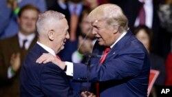 El general retirado James Mattis (izquierda) es el elegido por el presidente electo, Donald Trump, para secretario de Defensa.