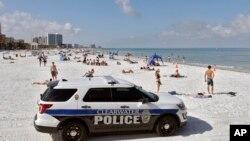 Поліційне авто на пляжі у штаті Флорида