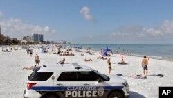 佛罗里达州重新开放的清水海滩。