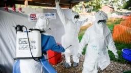 Archivo - Personal médico de la unidad de tratamiento de ébola trabaja en entrenamiento en el oeste de Uganda, cerca de la frontera con el Congro el 12 de diciembre de 2018.