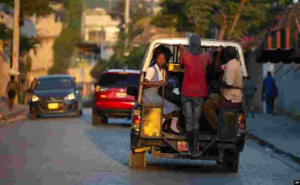 សិស្សសាលាជិះរថយន្តមួយប្រើសម្រាប់ដឹកអ្នកដំណើរសាធារណៈនៅក្រុង Port-au-Prince ប្រទេសហៃទី។