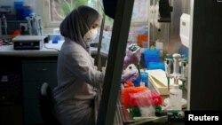 Seorang petugas laboratorium sedang menyiapkan medium untuk menumbuhkan virus di laboratorium Lembaga Biologi Molekuler Eijkman di Jakarta, 31 Agustus 2016. (Foto: Reuters)
