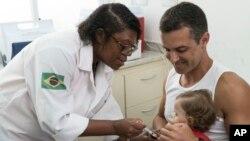 Una enfermera vacuna a una niña contra la fiebre amarilla en una clínica pública de Rio de Janeiro, Brazil. Marzo 16, 2017.