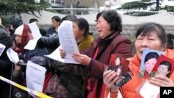 在北京街头喊冤的女上访人员(资料照片)