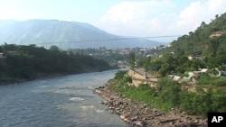 مسافروں سے بھر ی بس دریائے جہلم میں جاگری
