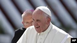 សម្តេចប៉ាប Francis ទៅប្រារព្ធការជួបជុំនៅក្នុងក្រុង Holguin ប្រទេសគុយបា កាលពីថ្ងៃទី២១ ខែកញ្ញា ឆ្នាំ២០១៥។