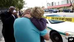 Terry DeCarlo, giám đốc điều hành của Trung tâm LGBT Miền Trung Florida (giữa), được Ủy viên Hội đồng Thành phố Orlando Patty Sheehan an ủi sau vụ xả súng, ở Orlando, bang Florida, ngày 12 tháng 6, 2016.