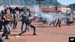 La police intervient lors d'une fusillade au Cap, Afrique du Sud, 3 novembre 1996.
