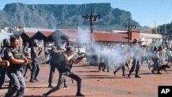 La police intervient lors d'une fusillade au Cap, Afrique du Sud, 3 novembre 1996. (Images d'archives)