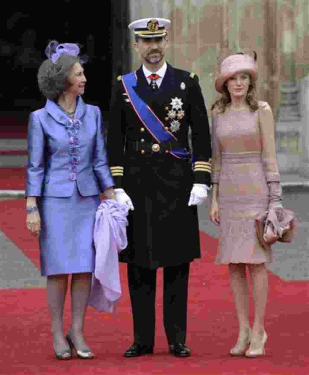 El príncipe Felipe de España junto a la princesa Letizia y a la reina Sofía de España (izquierda) fuera de la Abadía de Westminster.