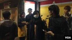 """街头戴口罩的台北人。新年前夕,台湾环保署提醒公民注意来自大陆的""""脏空气""""可能带来的健康威胁。"""