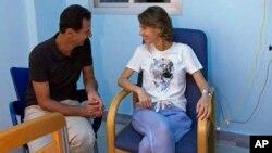 Presiden Suriah Bashar Assad (kiri) berbicara dengan istrinya, ibu negara Asma Assad yang tampaknya sedang dalam perawatan di sebuah rumah sakit (foto: ilustrasi).