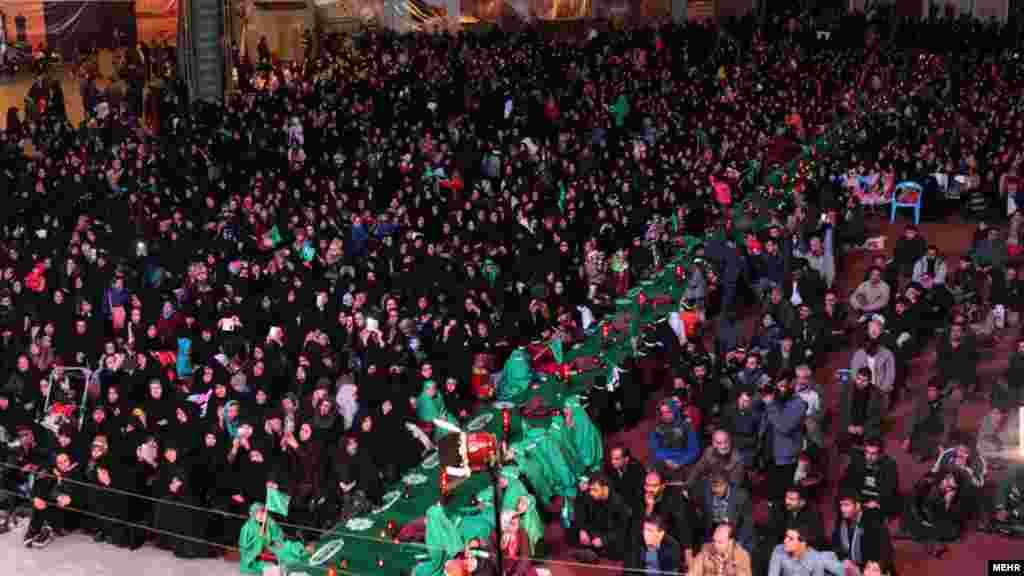 """خبرگزاری مهر گزارش داده در میدان امام حسین شهر تهران، """"بزرگترین سفره حضرت رقیه"""" پهن شده است. برخی ایرانیان ، رسم دارند که به مناسبتهای مذهبی سفره هایی پهن می کنند. در حاشیه آن ضمن اطعام دیگران، دعا و مراسم مذهبی برگزار می شود. خبرگزاری مهر ننوشته برگزار کننده این مراسم کیست و چقدر برای آن هزینه شده است. عکس، محمد رحیمی، مهر"""