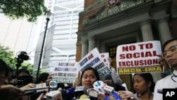 Sringatin, thành viên của liên đoàn những người giúp việc, khóc bên ngoài Tòa Phúc Thẩm ở Hong Kong 25/3/2013