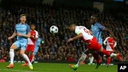 Radamel Falcao de Monaco marque le premier but de son équipe lors du match aller entre Manchester City et Monaco au stade Etihad à Manchester, en Angleterre, 21 février 2017.