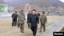 Lãnh tụ Triều Tiên Kim Jong Un đi thăm địa điểm xây dựng khu trượt tuyết ở Masik Pass. (Ảnh do Thông tấn xã KCNA ở Bình Nhưỡng công bố ngày 3/11/2013.