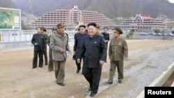 Shimoliy Koreya rahbari Kim Chen Un xodimlari davrasida.