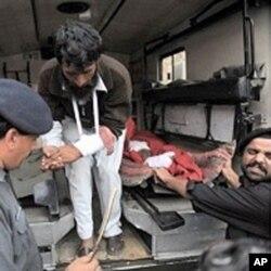 士兵和志愿者帮助把受伤者送往医院
