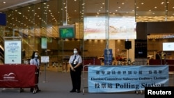 保安人員在香港一個投票站外站崗。(2021年9月19日)