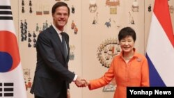 박근혜 한국 대통령이 27일 청와대에서 마크 루터 네덜란드 총리와 정상회담에 앞서 기념촬영을 하고 있다.