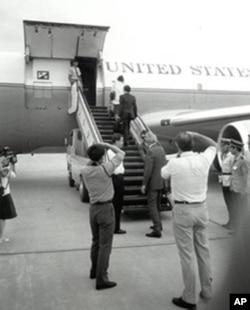 方励之和李淑娴在登机的舷梯上。舷梯最下端戴墨镜者是William Stanton,他正和大使李洁明握别。大使之左为美使馆武官。右边三位着警服立正者,分别是海关和公安干警。摄影者,两位中方,一位美方。摄此影者,当然也是美方人员。