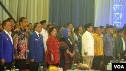 Presiden Jokowi di antara tokoh-tokoh Koalisi Indonesia Hebat dan Koalisi Merah Putih dalam pembukaan Rakernas PAN di Jakarta, Rabu, 6 Mei 2015. (VOA/Andylala)