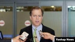 미국 6자회담 수석 대표인 글린 데이비스 국무부 대북정책 특별대표가 13일 오후 인천국제공항을 통해 입국, 취재진의 질문에 답하고 있다.