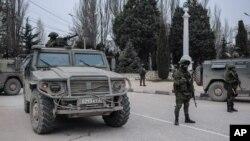 Những tay súng mặc quân phục không có phù hiệu quốc gia canh gác tại Balaklava trong vùng ngoại ô của Sevastopol, Ukraina.