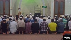 Myanmar Muslims are seen praying at a mosque in central Mandalay. (Photo - D. de Carteret/VOA)