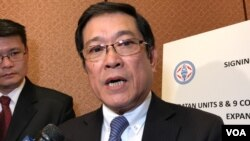 台灣電力公司董事長楊偉甫2019年6月11日在國會山與通用燃氣公司簽約儀式候接受媒體採訪(美國之音鍾辰芳拍攝)