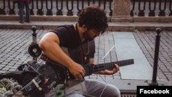 Seorang pemusik di Saint Petersburg, Rusia tengah memainkan gitar ciptaan Denis Goncharov, pendiri Noli Music. (Foto: Facebook/@Noliforall)
