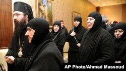10일 시리아 반군에 억류됐다 풀려난 수녀들이 시리아 국경마을에서 교회 관계자들과 만나고 있다.