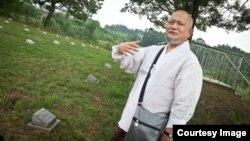 56歲的僧人穆蓋誦經是為了安撫縈繞這片墓地不散的陰魂。