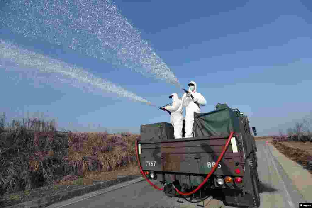 Güney Kore'de askerler ilaçlama yaparken
