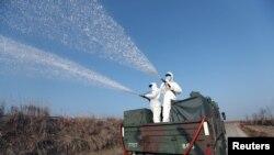 지난 2017년 1월 군인들이 창원 일대에서 조류독감 방역작업을 실시하고 있다.