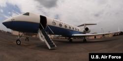 美国空军湾流C-37B飞机。 (美国空军照片)。根据Politico报道,汤姆.普莱斯和他的妻子2017年5月乘坐美国空军湾流C-37B飞机飞往非洲和欧洲,飞行30小时, 估计费用为311,418.25美元。