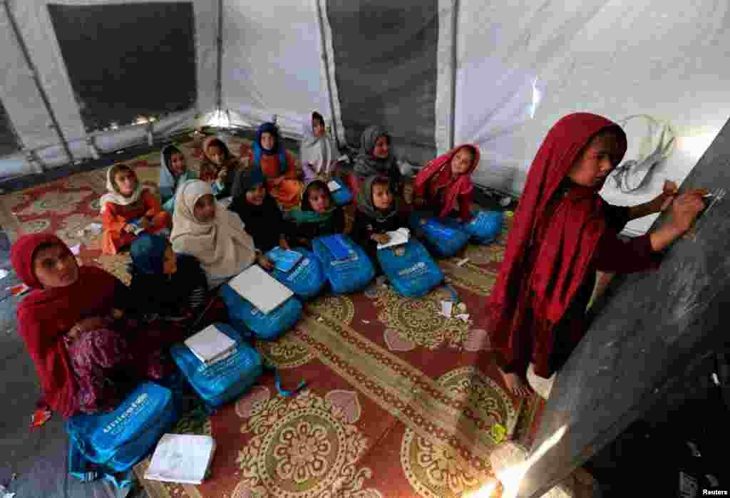 مدرسه کودکان افغان در اردوگاهی در حومه جلال آباد افغانستان.