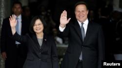 台湾总统蔡英文和巴拿马总统巴雷拉(Juan Carlos Varela)在巴拿马总统府的欢迎仪式上(2016年6月27日)
