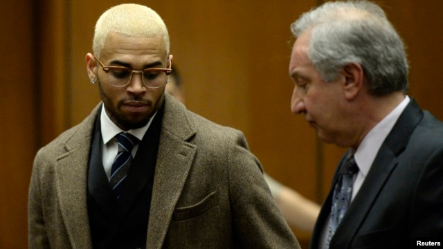 Singer Chris Brown (L) and his attorney Mark Geragos appear in court during a probation violation hearing in which his probation was revoked at Los Angeles Superior Court in Los Angeles, Dec. 16, 2013.
